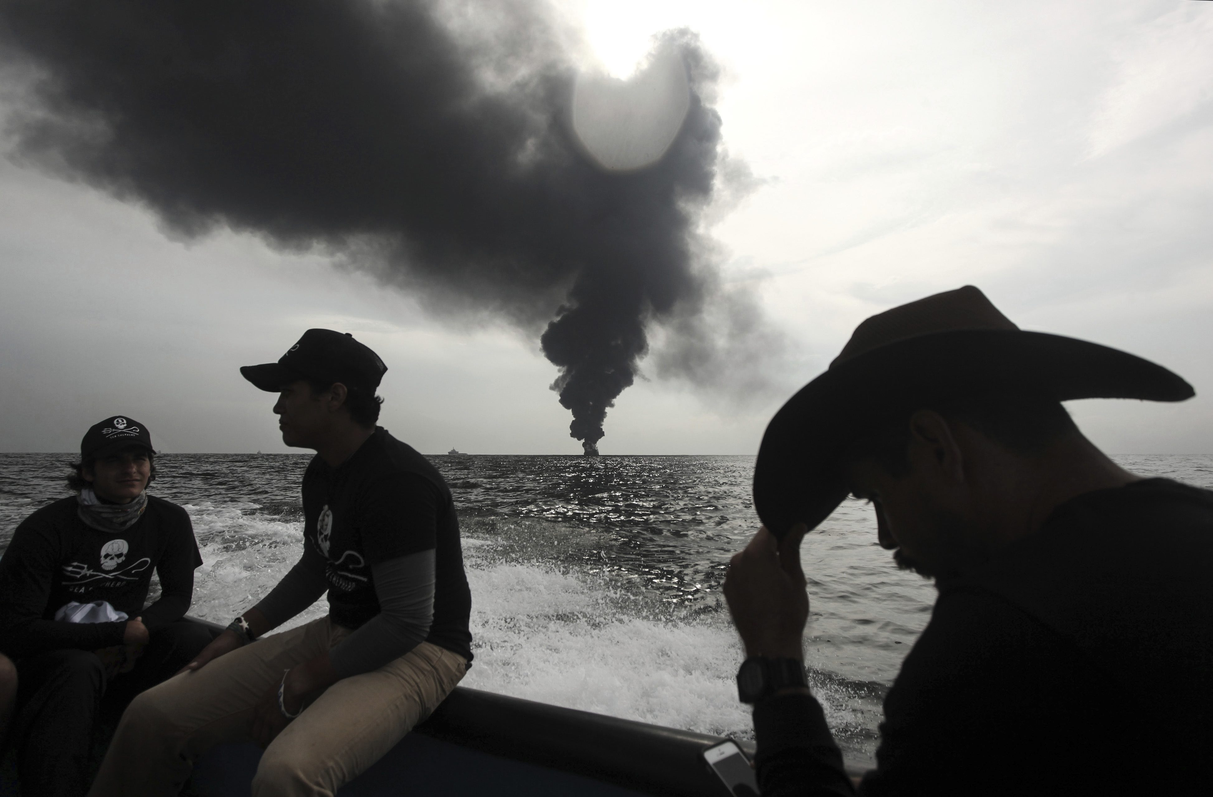Pemex, buque en llamas