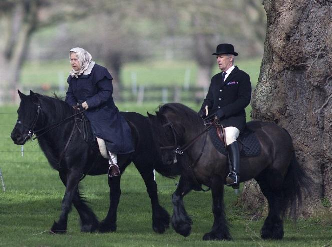 La reina Isabel II de Inglaterra fue fotografiada a caballo cerca del Castillo de Windsor acompañada por Head Groom Terry Pendry (Foto: telegraph.co.uk)