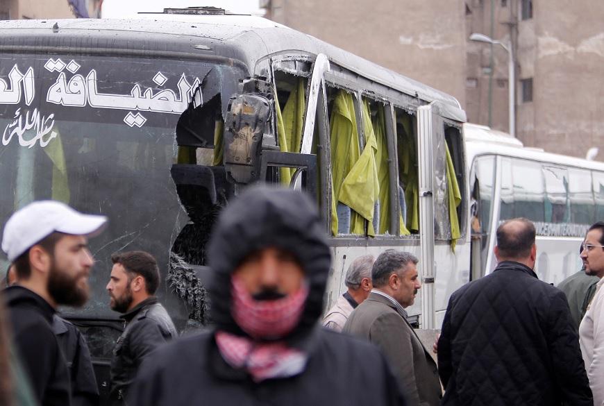 La gente inspecciona el daño en el sitio de un ataque de dos atacantes suicidas en Damasco, Siria (Reuters)