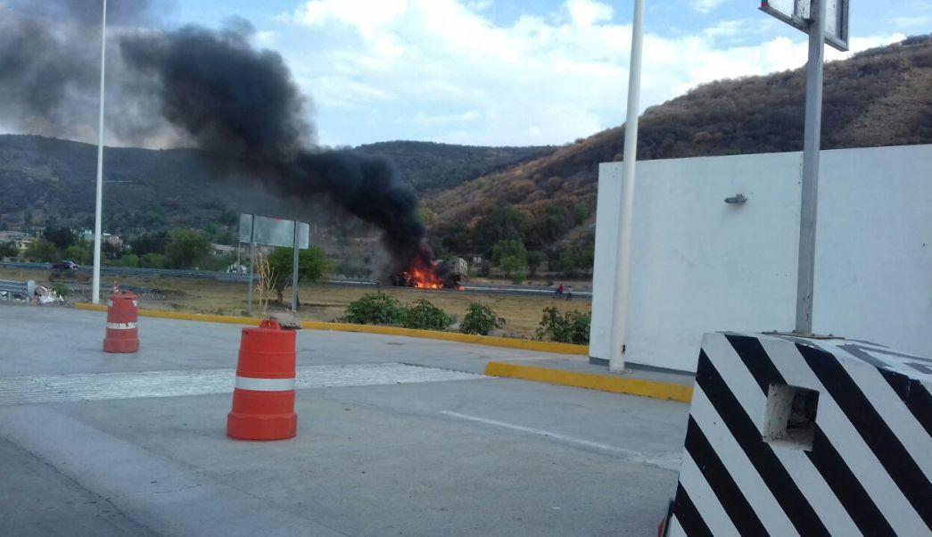 Incendio de tráiler en autopista Cuitzeo-Pátzcuaro, en Michoacán