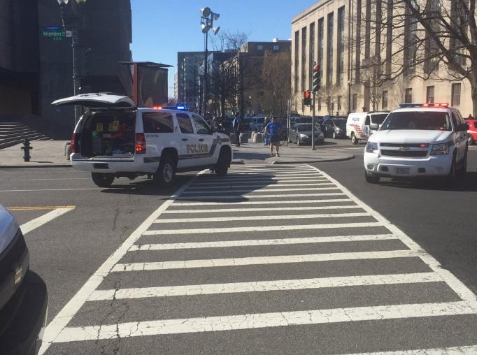 El incidente provocó una gran respuesta policial en las calles cercanas al Capitolio (Twitter @MikevWUSA)