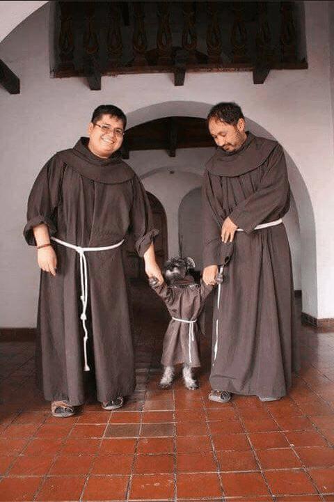 Fray Carmelo perrito monje
