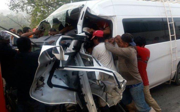 Personas auxilian a los lesionados por una carambola en la carretera Coatzacoalcos-Cárdenas; una persona muere por el accidente (Noticieros Televisa)