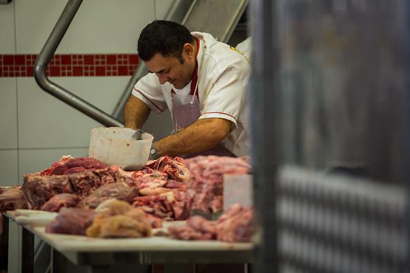 Un carnicero corta en trozos una res dentro de un mercado en Sao Paulo. Brasil es uno de los exportadores de carne más grandes del mundo. (Getty Images)