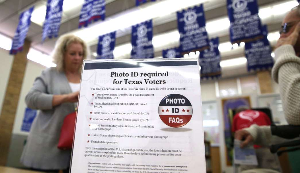 Votante en una casilla para votar en Texas, en Estados Unidos (AP, archivo)