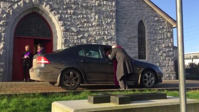 En la Iglesia de San Patricio de Glenamaddy, Irlanda del Norte, dan el servicio de cenizas sobre la marcha (Twitter @patmcgrath)