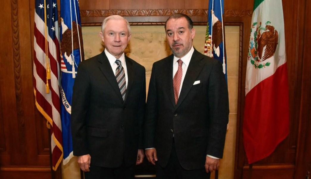 Se reúnen en las oficinas del Departamento de Justicia en Washington D.C., el titular de la PGR, Raúl Cervantes Andrade, y el fiscal general de Estados Unidos, Jeff Sessions. (PGR)