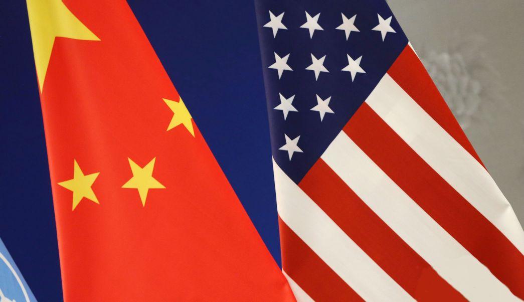 Banderas de China y Estados Unidos en un evento de la ONU; los presidentes Trump y Xi Jinping sostendrán una reunión en abril (AP, archivo)