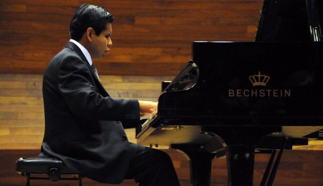 José Antonio López interpreta preludios y fugas de Johann Sebastian Bach en su examen de titulación; el licenciado en Música es invidente (Twitter @UNAM_MX)