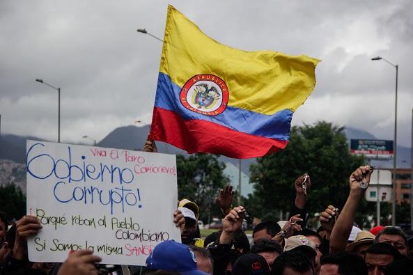 Cientos de personas protestan contra la corrupción en el gobierno de Colombia.