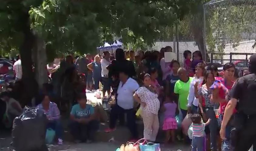 Los familiares de los presos del Centro de Ejecución de Sanciones de Ciudad Victoria donde se registró una riña hacen una fila para entrar al penal (Noticieros Televisa)
