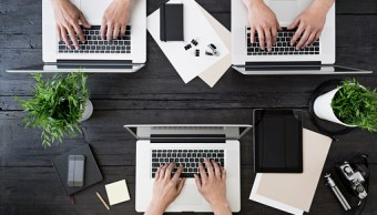 Varias personas trabajan con computadoras; el motor de búsqueda Google etiquetará el contenido ofensivo (Getty Images, archivo)