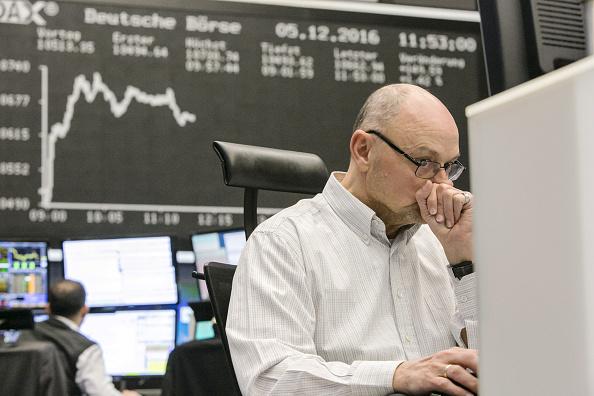 Un operador de la Bolsa de Frankfurt reacciona ante los movimientos del día. (Getty Images)