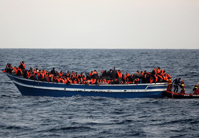 Decenas de migrantes son rescatados diariamente en el Mediterráneo. (Reuters)