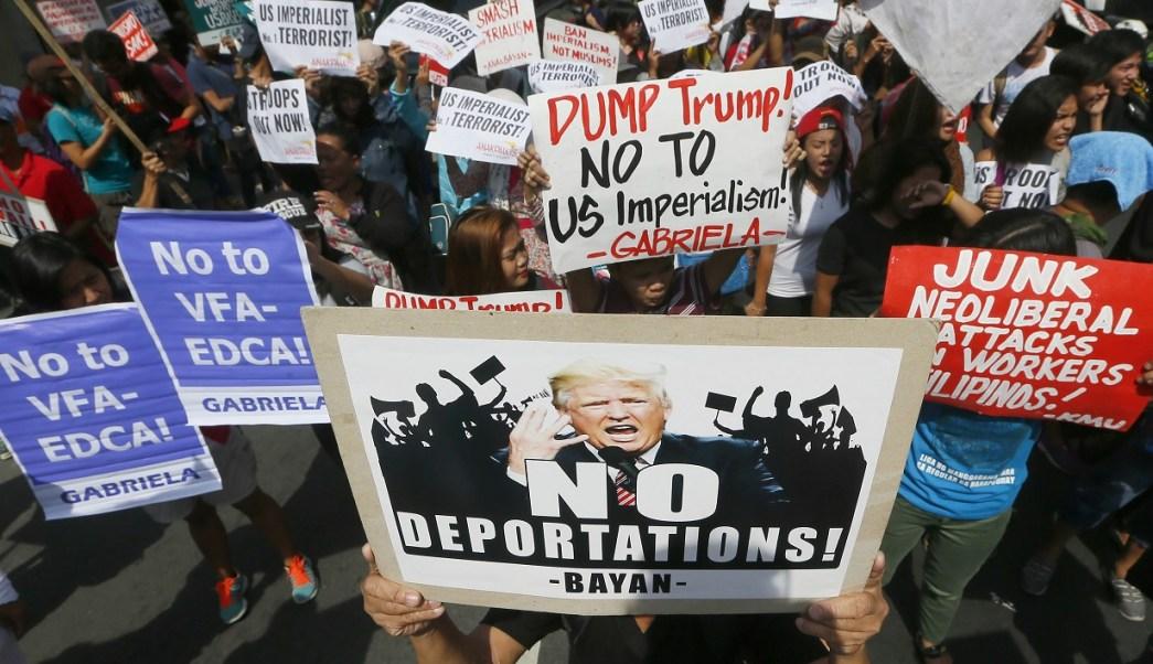 Manifestantes exhiben pancartas contra las políticas antiinmigrantes del presidente estadounidense, Donald Trump (AP)