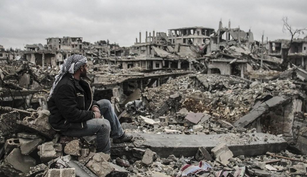 Un hombre observa los escombros de edificios destruidos en los enfrentamientos entre militantes del Estado Islámico y grupos armados kurdos en Kobani, Siria (Getty Images)