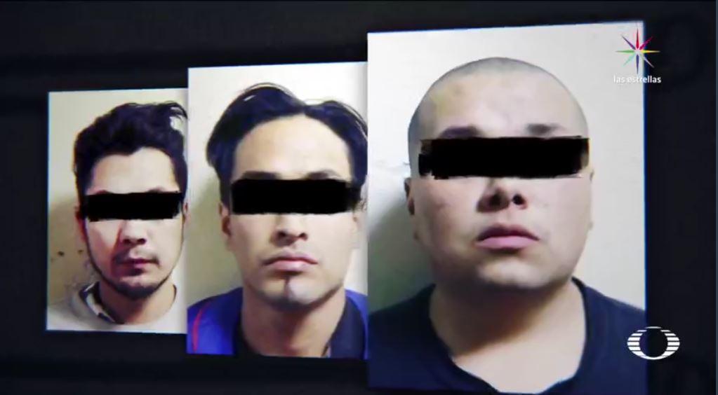 Los policías preventivos encontraron celulares, dinero y el arma de fuego falsa. Los tres implicados fueron llevados al Ministerio Público, donde se abrió una carpeta de investigación. Podrían alcanzar hasta 15 años de cárcel. (Noticieros Televisa)
