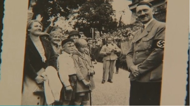 El álbum incluye imágenes de Hitler junto a otras figuras del partido nazi como Joseph Goebbels.