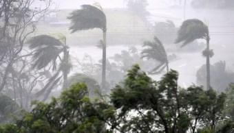 El ciclón Debbie tenía rachas de viento de 250 kph (155 mph) y llevaba lluvias torrenciales a las islas Whitsunday.