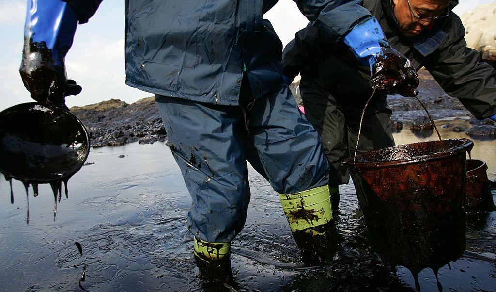 El hule espuma modificado puede absorber petróleo que flote en el agua.