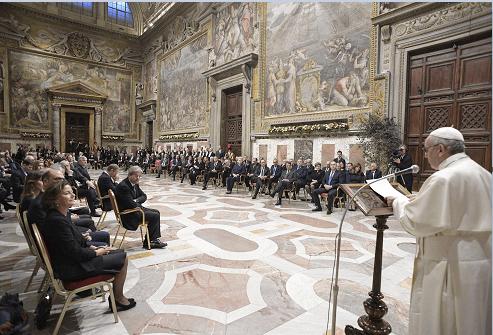 El papa da un mensaje a líderes de la Unión Europea en el Vaticano. (AP)