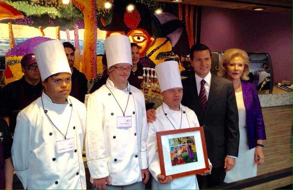 El presidente Enrique Peña Nieto visitó en mayo del 2016 la cafetería del Hospital 20 de Noviembre que incluye a trabajadores con Síndrome de Down. (Twiiter @FJLDown Archivo)