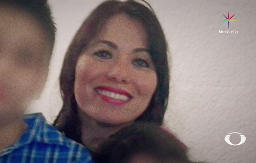 Dos jóvenes apuñalan a Emma Gabriela Molina afuera de su casa, en Mérida, Yucatán; Emma había recibido amenazas y era ex esposa del político priísta Alberto Medina Sonda, quien le arrebató a sus hijos sin tener la custodia legal. (Noticieros Televisa)
