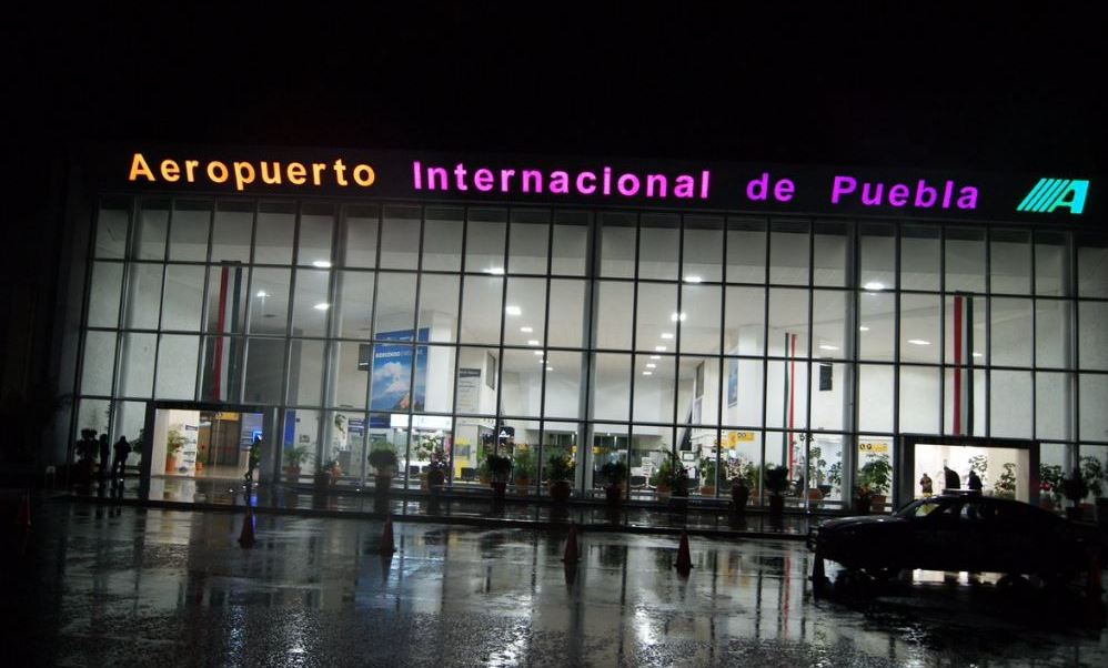 Entrada del Aeropuerto Internacional de Puebla (Twitter @AeropuertosASA)