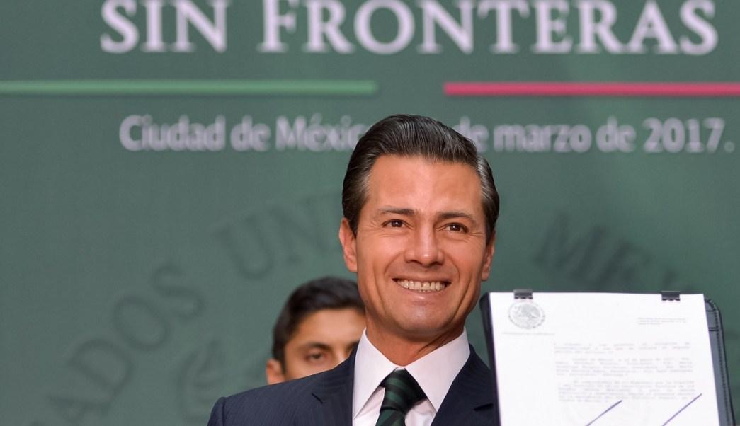 El presidente Enrique Peña Nieto firma el decreto por el que se reforman y adicionan diversas disposiciones la Ley General de Educación. (Presidencia de la República)