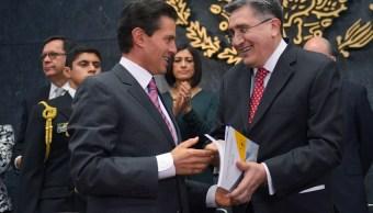 El presidente, Enrique Peña Nieto, recibió del ombudsman, Luis Enrique González Pérez, el informe anual de actividades de la CNDH. (Presidencia de la República)