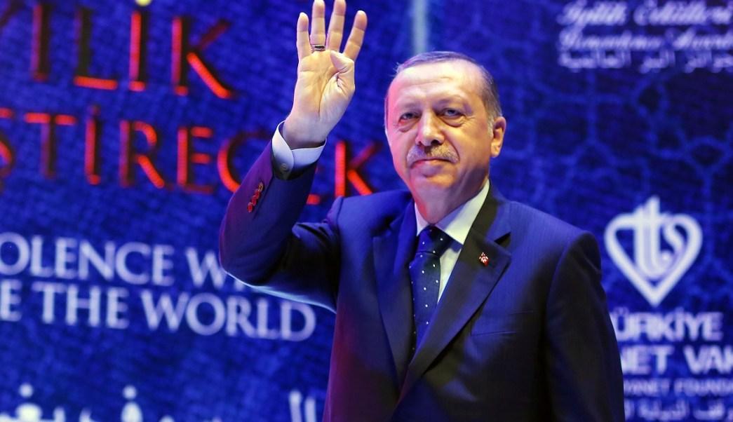 El presidente turco Tayyip Erdogan saluda a la audiencia cuando llega a una ceremonia en Estambul, Turquía (Reuters)