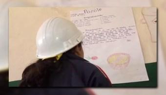 Alumna de la escuela 'María Elvira Delgado' de Los Mochis; los niños deben usar casco por trabajos de remodelación del inmueble (Noticieros Televisa)