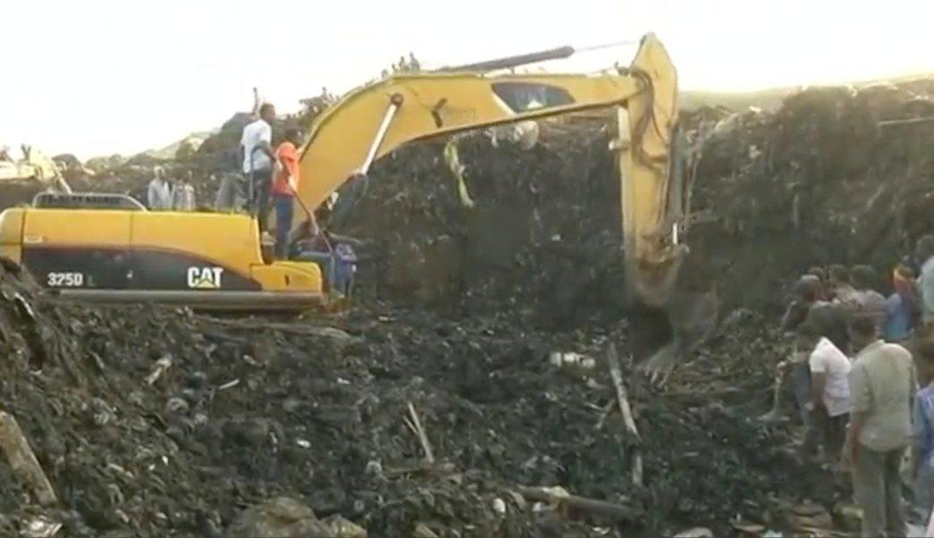 Excavadoras trabajan tras colapso de una montaña de basura en el vertedero de la capital etíope (Reuters)