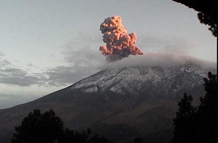 La explosión en el volcán se registró a las 18:44 horas el sábado (Twitter @LUISFELIPE_P)