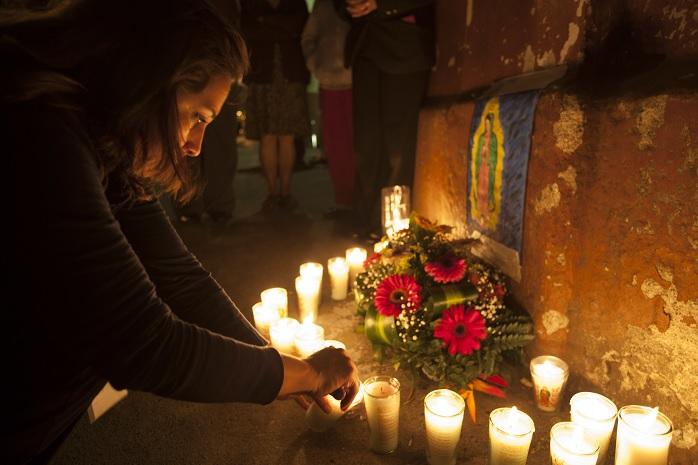 """Familiares de la victimas colocan altares en el albergue """"Hogar Seguro""""."""