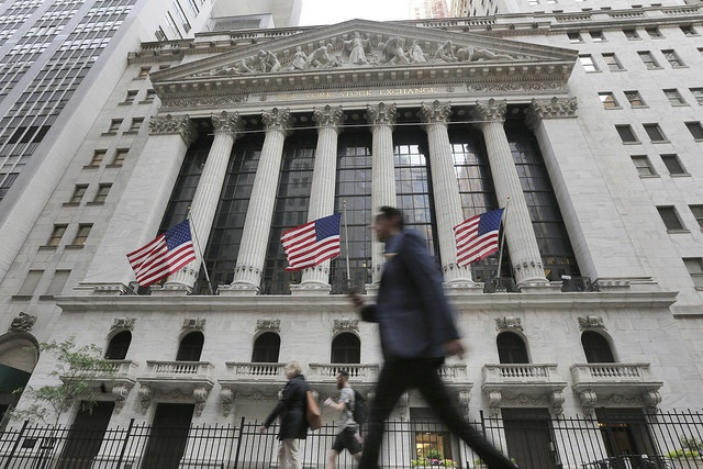 Peatón frente a la Bolsa de Nueva York. (AP, archivo)