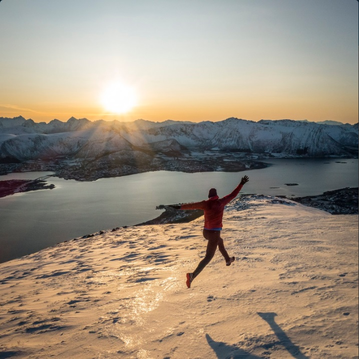 Una persona se toma una foto en montañas de Noruega, país considerado el más feliz del mundo (Twitter @KennLoekkegaard)