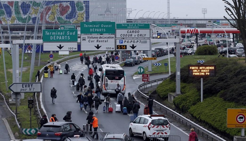 Un hombre murió a tiros el sábado tras intentar apoderarse del arma de un soldado que custodiaba el aeropuerto de Orly en París (AP)
