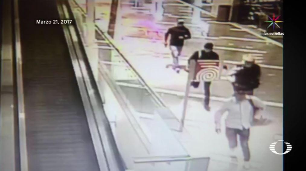 En imágenes de las cámaras de seguridad se observa el momento en que los presuntos ladrones que robaron dos joyerías de Parque Tezontle, huyen del centro comercial. (Noticieros Televisa)