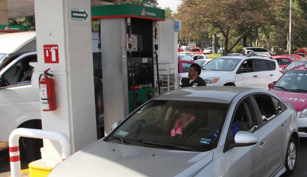 Este martes, el precio de las gasolinas y el diésel bajarán 2 centavos.