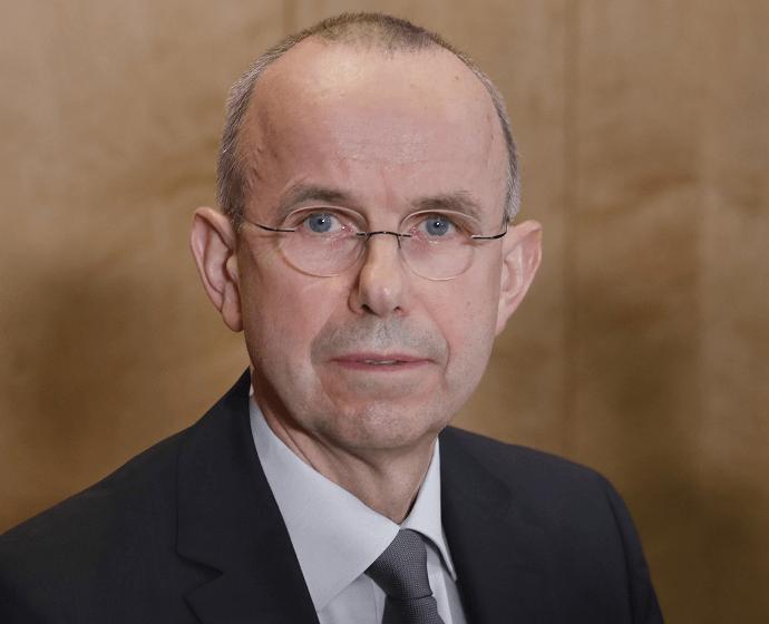 Günter Lubitz, padre de Andreas Lubitz, el copiloto del avión de Germanwings que se estrelló contra los Alpes franceses con 150 personas a bordo, durante una rueda de prensa . (EFE)