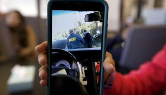 Hija de 13 años filma la detención de su padre por agentes de ICE.
