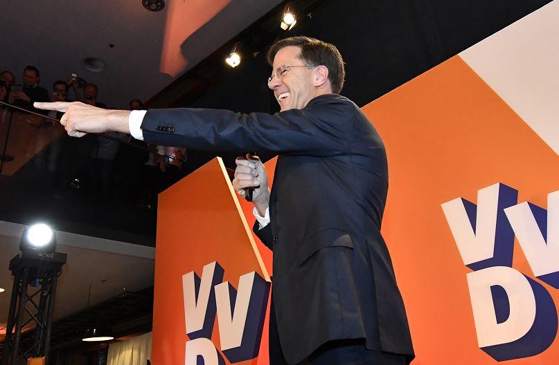 Con la mayoría de los votos contados, el VVD de Mark Rutte ocuparía 33 de los 150 escaños de la legislatura. (AP)