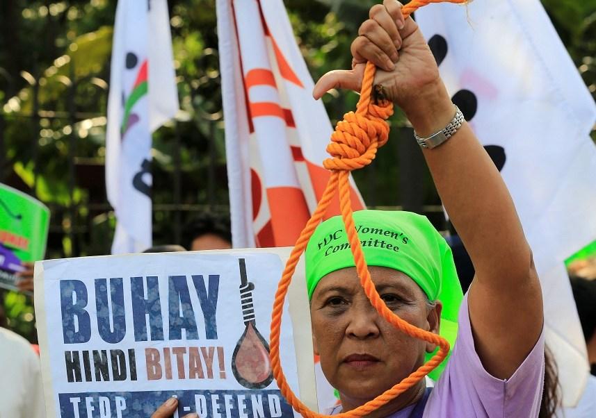 Un activista sostiene una soga en una manifestación contra la aprobación de la pena de muerte en Filipinas (Reuters)