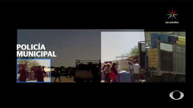 Huachicoleros venden la gasolina que extraen ilegalmente de los ductos de Pemex en el tianguis ganadero de San Miguel Zozutla, en Yehualtepec, Puebla, que ya se convirtió en el 'mercadito del huachicol' bajo la complicidad de los policías municipales. (Noticieros Televisa)