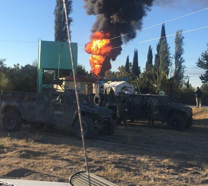 Las llamas superaron los 30 metros de altura y provocaron una enorme columna de humo negro. (Twitter: @PC_Estatal)