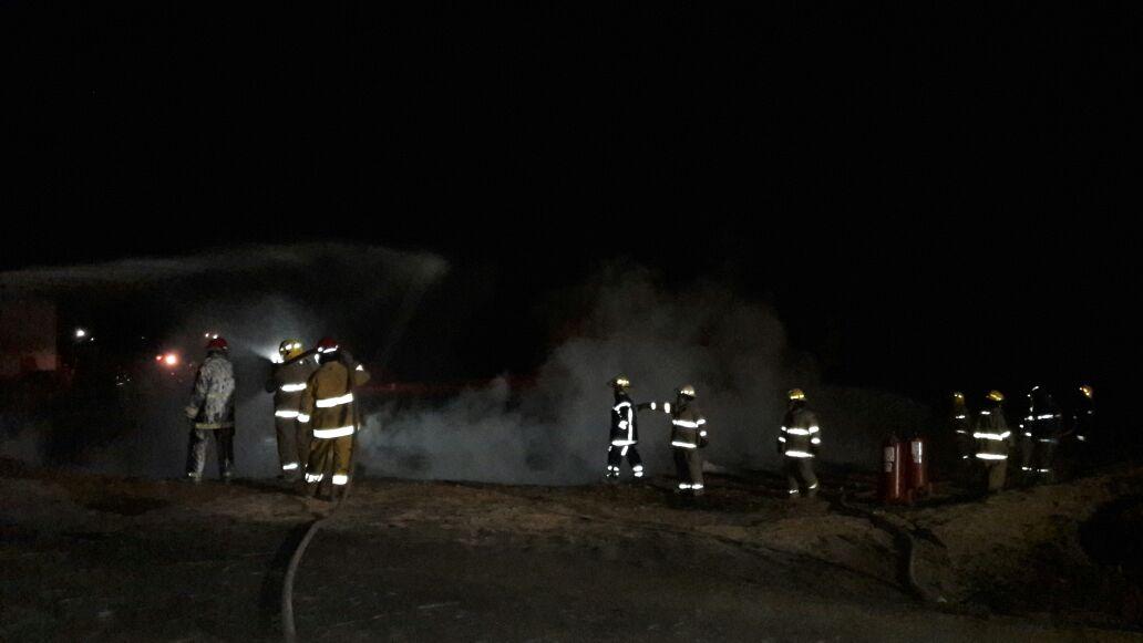 Bomberos controlan incendio en Acatzingo, Puebla; el incidente deja un saldo de 4 camionetas calcinadas (Noticieros Televisa)