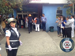 Dos menores de 16 años con quemaduras, una en estado afónico. Son ingresadas al Hospital de San José Pinula, en Guatemala.