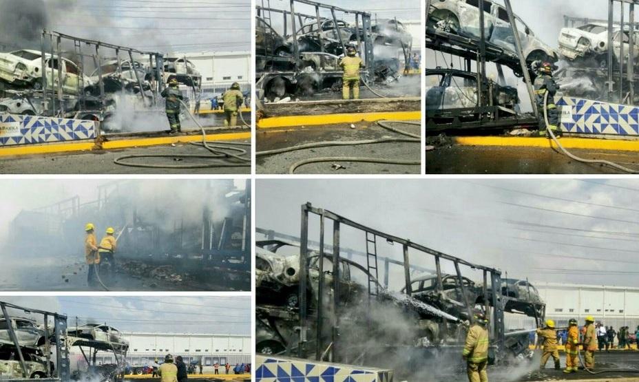 Bomberos de Puebla sofocaron el incendio de una nodriza que transportaba 12 vehículos.