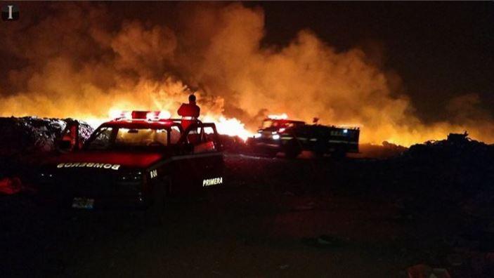 El incendio en el vertedero de Tala, Jalisco, cumple más de 24 horas activo; autoridades esperan que la noche de este miércoles quede sofocado. (Twitter@informador_JAL)